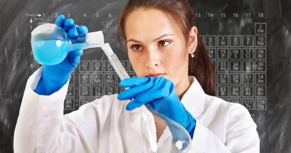 Femme portant une blouse de chimie